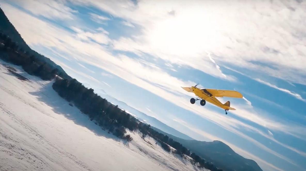Vol FPV autour d'un avion Carbon Cub